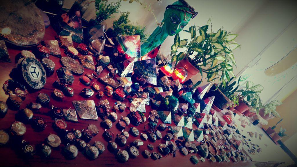 Orgones y talismanes en nuestro showroom
